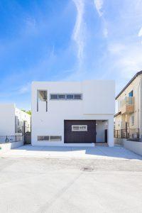 青空との対比がオシャレな2階建ての白の家