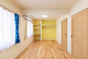 アクセントカラーで色分けされた子供部屋