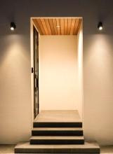 吹き抜けのリビングに間接照明を使用した家