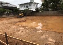 土工事開始。 これから排水管埋設とグリ石敷き込み作業に移行していきます。