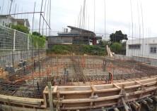 基礎下地の上に型枠・鉄筋・電気水道配管が組まれました。 この後、基礎打設です。