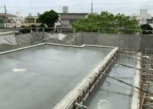 コンクリート打設後の散水養生中です。しっかりと養生期間と確保して型枠解体後に内装・外装工事がスタートします。