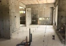 養生期間も終わり、サッシ・ガラスが取付けられました。 手前に見えるのは、キッチン用の配管です。 本日より、内部大工スタートです!