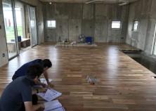 内部工事がスタートしました。 床→天井→壁の順番に工事が進んで行きます。