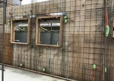 躯体壁枠・壁鉄筋施工完了。 建物の屋根の施工へと進みます。