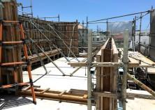 ~立上り壁~  続いてスラブ立上り壁とベンチの施工に入っていきます。こちらの建物は外階段があり、屋上へ上がれるようになっています。素敵な空間になりそうで仕上がりもわくわくです^^