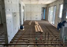 内部の床下地組作業中です。 内装順序として、床下地~天井下地~壁下地と進んでいきます