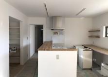 内部大工・クロス貼り完了。キッチンも設置されました。 細かい手直しが済むと、内部工事は終わりです。並行して、外構工事に入っていきます。