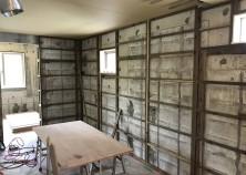 内部大工工事中です。 写真の通り、コンクリートの壁に胴縁とゆう部材を固定してボードを貼り付けます。 お施主様が、自身で壁に何かかけたい場合は、石膏ボード用アンカーなどを使用すると、軽いものであれば施工可能です。 個人的には、少し金額をかけてベニヤで補強することをオススメします!