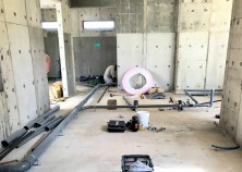 ~水道配管・電気入線~ 養生を終えたら枠を解体して、内部の水道配管と電気入線を行っていきます。