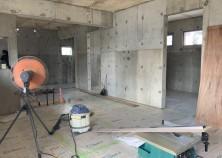 床下地組立と床仕上げ貼りまで完了しました。 天井下地組へと進みます。床仕上げがフローリング貼りとなっているので、傷や汚れ防止で綺麗に養生してあります。