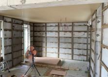 天井下地組まで完了して壁下地組まで進んでいます。 胴縁に石膏ボード、ベニヤを貼りつけて壁下地が完了します。