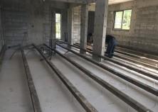 内部工事が開始しました。 床の下地組状況です。
