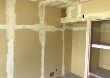 内部大工が完了して、クロス貼りに入ってます。 完了後、仕上げ工事に入っていきます。