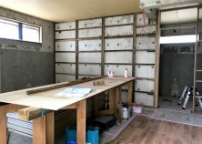 ~内部大工 ②~ 床貼りを終えて、天井・壁と仕上げていきます。造作がつくところやカーテンレールの設置箇所はベニヤを貼って補強していきます。ちなみに大工中、外部では左官作業にすすんでいます!