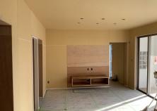 内装壁下地、内装木部塗装、天井・壁の照明器具、コンセント、スイッチ箇所の穴あけまで完了し、来週よりクロス工事へと移行します。工事もいよいよ終盤へと向かっています!