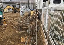 工事開始。今回は、建物右側境界の擁壁工事先行となります。擁壁枠解体後、排水管埋設工事に入ります。