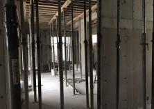 ~躯体工事~ 壁枠解体完了! スラブ打設後、養生期間をへて壁枠を解体します。 次はスラブ枠を解体し、アルミサッシ取付です。