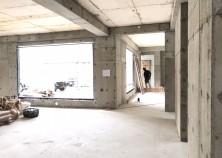 ~躯体工事~ スラブの型枠解体が完了し、 アルミサッシの枠の取付も完了しました。 来月から内部大工が開始します!