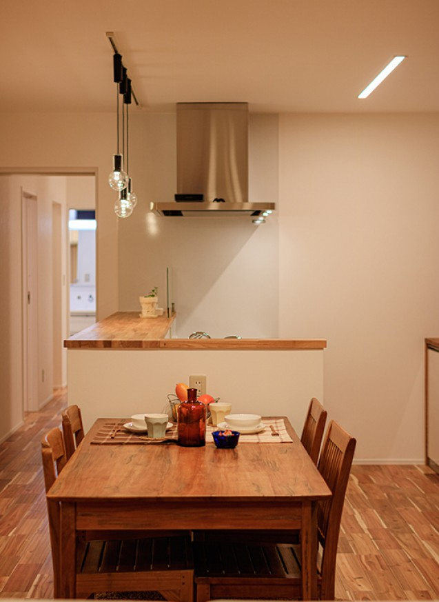 屋根付きガレージと外階段で屋上利用可能な子育てハウス