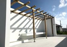 ~屋上パーゴラ完成~ 外壁塗装も終わり、外階段からスラブ(屋上)へ上がった場所にはパーゴラの設置も行いました。沖縄の台風にも負けないよう頑丈かつ細部まで大工さんのこだわりがいっぱいです♪