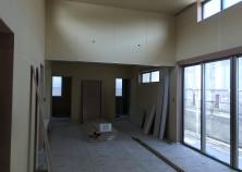 前回と同じアングルから、内部大工完了の写真です。 このお家は吹き抜けがあるため、開放的で広く感じます。 これから、クロス貼り→設備取付けと進んでいきます。