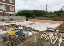 読谷村にて、工事開始しました。 良いところだからなのか、最近物件が増えてます! 建物の基礎は、とても重要なポイントなので、念入りに監理していきます。
