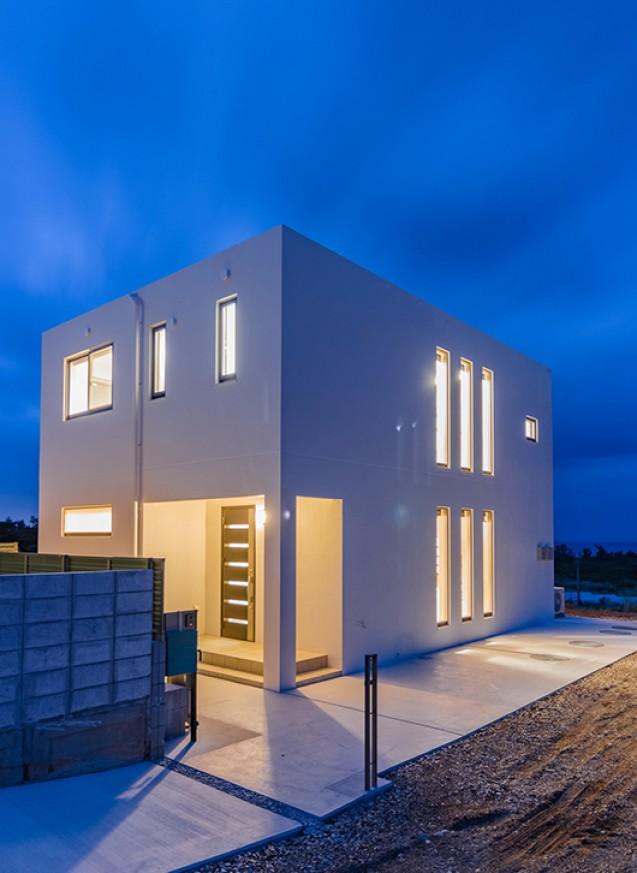 開放的で眺めがいい二階建ての白の家