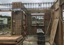躯体工事開始。外枠組み→壁鉄筋組み→現在壁の設備配管作業中。この後、内枠を返してスラブの作業に移ります。ちなみにこの部分は、和室になります。