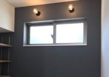 クロス貼り終わり、照明が付きました。 写真のような、少しオレンジがかった「電球色」にすると、お部屋が落ち着いた雰囲気になります。 外では、外構工事が進んでいます。