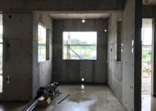 養生期間が終わり、型枠が解体されました。 内部大工の前に、設備の配管を行っています。 サッシ取付け後にガラスがはめ込まれたら、内部大工のスタートです。