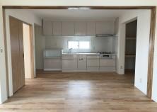 クロス完了、キッチンも設置されました。ちなみに、最近は8割~9割のお施主さんが、対面式キッチンを選択されます。