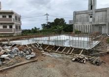 基礎打設完了。散水養生でコンクリートの強度を上げます。 養生後、枠をばらして埋め戻し、躯体工事に移ります。
