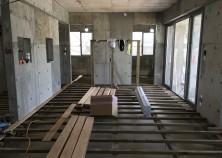 内部大工開始。床下地組みが終わり、床張り作業に入っています。中央に組んである角材は、壁掛けテレビ用の独立壁の下地です。