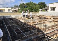 型枠工事が完了。第三者機関の配筋検査も合格し、基礎コンクリートの打設を行いました。 暑い中、職人さん達も頑張っています!