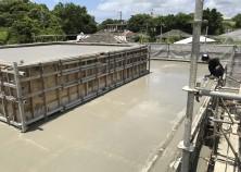 天気にも恵まれ無事スラブコンクリートの打設が完了しました。 職人さんたちも暑い中頑張ってます。 これから約1ヶ月の養生期間を経て内部工事に入っていきます。