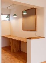 リビング横の造作書斎が特徴的な子育てハウス