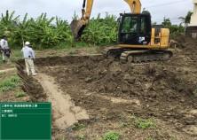 基礎工事開始! 写真は、基礎下の地盤改良を行うために、表層の土を掘削している状況です。これから改良材を攪拌させ地盤の強度を強くしていきます!