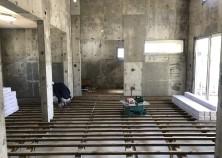 コンクリートの養生期間を経て、アルミサッシの建付けも完了しました。 これから内部工事開始です。 床→天井→壁の順に工事を進めていきます。