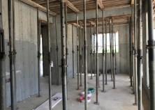スラブ打設完了し、ただいま養生期間中です。1週間ほどで壁枠が解体されました。きれいにコンクリートが詰まっています!引き続き養生後、スラブ枠の解体に移ります。