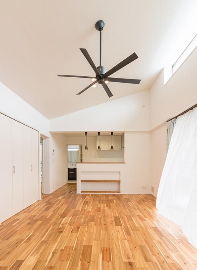 開放的な吹き抜けのLDと収納が豊富な白の家