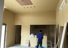 現場進捗状況です。 造作工事も終わり大工さんの工事が完了しました。 次はクロス屋さんにバトンタッチです。 外構工事も並行して進めていきます。