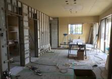 ただいま内部大工真っ最中。壁組み作業に入っています。天井の一部にベニヤ板が張られている場所には、シーリングファンが付く予定です。