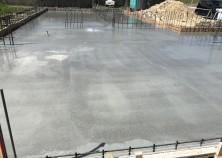 基礎コンクリート打設完了して、散水養生している所です。 来週から枠解体して埋め戻し工開始です。