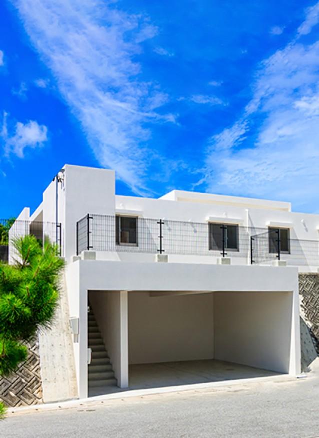 高低差を利用したガレージと広い庭の子育てハウス