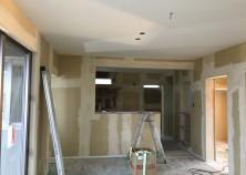 内部大工完了し、現在クロス作業に入っています。天井や壁の隙間にパテを入れて凹凸を無くし、クロスを貼ります。