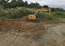 名護市で新しい現場が着工しました!この現場は基礎が岩盤のため、重機で割りながら床掘しています。