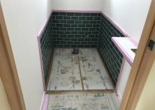今回、トイレは腰壁タイル張りです。横長のタイルを一枚ずつ千鳥に張りました。さすが職人さん、目地がきれいに揃っています。