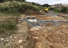 浄化槽・排水管埋設完了。雨続き&岩を割りながらの作業、慎重に現場進んでいます。