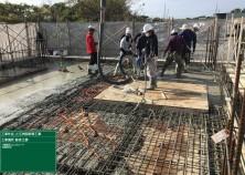 1階躯体のコンクリート打設が完了しました! 打設時は、コンクリートがしっかり充填されるよう、振動機やたたき要員含め総勢約10名ほどで打設を行います(^^)/